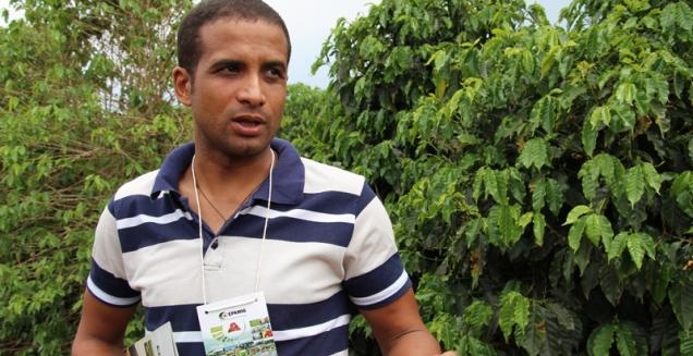 Elias Fernandes, produtor de café em Três Pontas, iniciou-se na atividade leiteira em busca de diversificação de renda em sua propriedade. Foto: Erasmo Reis - EPAMIG