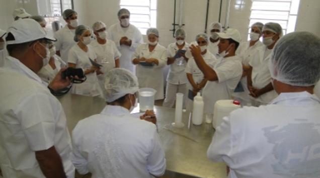 Alunos buscam atualização profissional na fabricação de produtos lácteos.