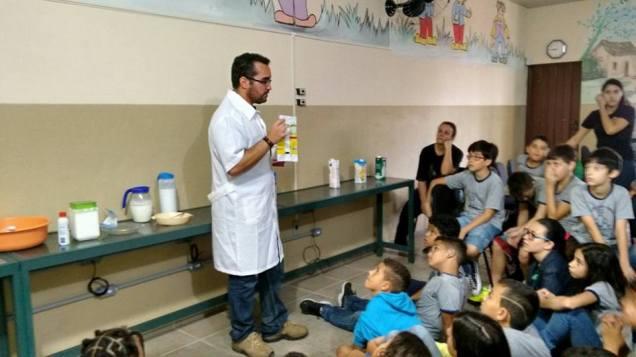 Em outubro, alunos da Escola Estadual Aureliano Pimentel em São João del-Rei conheceram sobre os tipos de leite e os seus benefícios para a saúde. Foto: Renata Reis