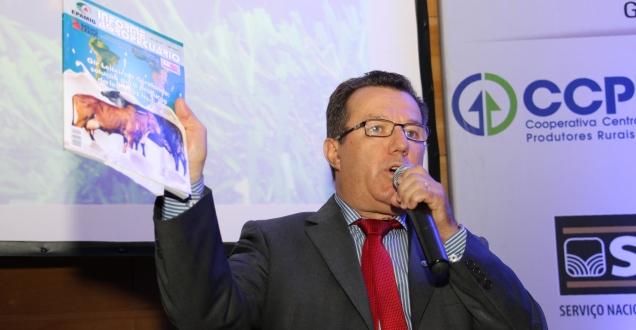 Presidente da EPAMIG apresenta Informe Agropecuário em Congresso de Girolando. Foto: Erasmo Pereira - EPAMIG