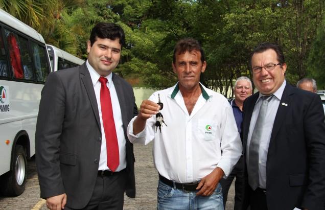 IMG_5316 o funcionário do Campo Experimental de Patrocínio José Geraldo da Silva recebeu chave do veículo que irá atender a Unidade