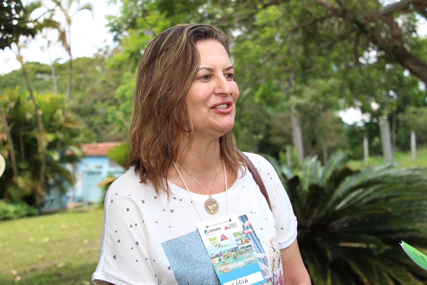 Lúcia Freire administra a propriedade da família que produz café e leite. (Foto: Erasmo Pereira/EPAMIG)
