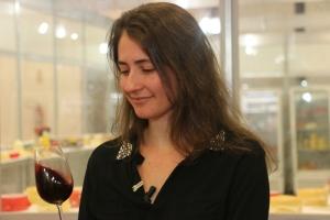 A servidora da Epamig, Isabela Peregrino, está à frente dos cursos de vinho (Crédito: Divulgação/Epamig)