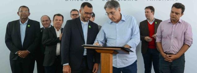 Foto: Gil Leonardi/Imprensa MG - Assinatura do Termo de Cooperação Técnica para intercâmbio e treinamento de pesquisadores e produtores